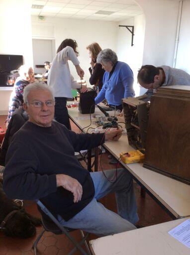 Au Repair Café tous les objets sont examinés, ici une vieille radio qui fonctionne à lampes