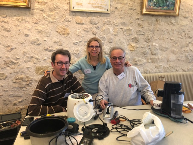 Pascale présidente du Repair Café pays de Grasse en compagnie de Christophe et Georges, réparateurs