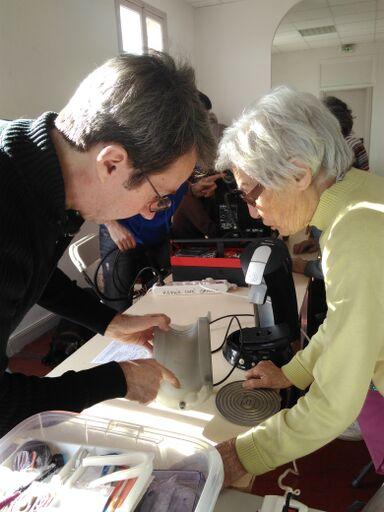 Echanges entre les réparateurs et visiteurs du Repair Café de Grasse