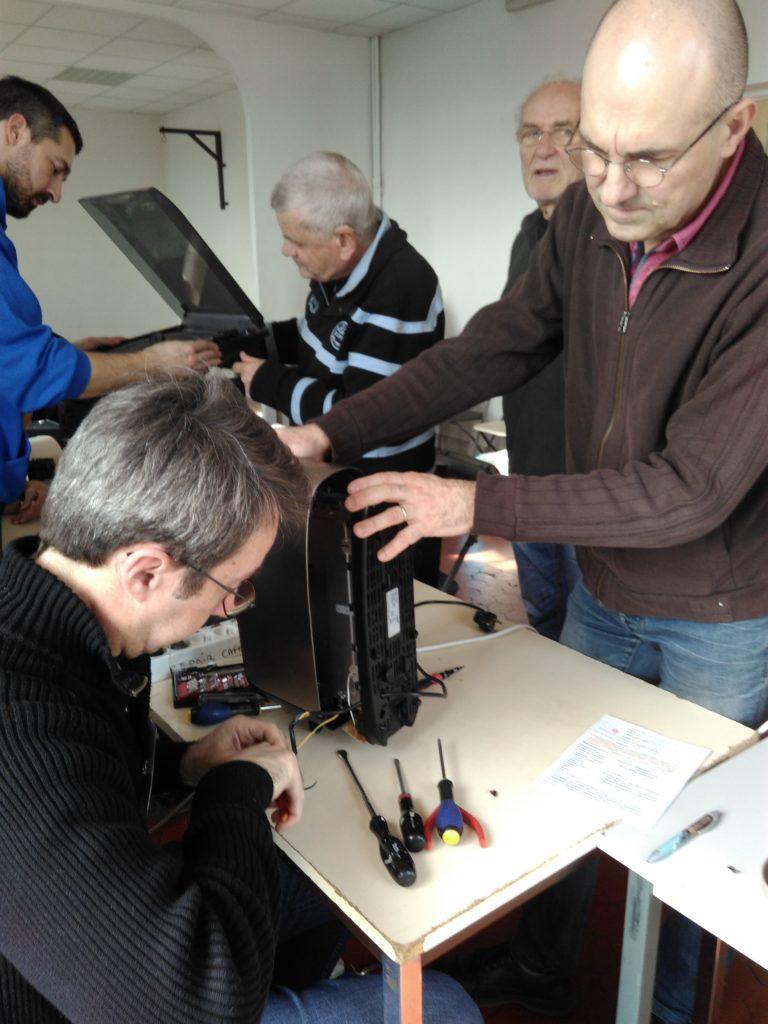 Réparateurs et visiteurs lors de l'atelier Repair Café de Grasse du mois de février