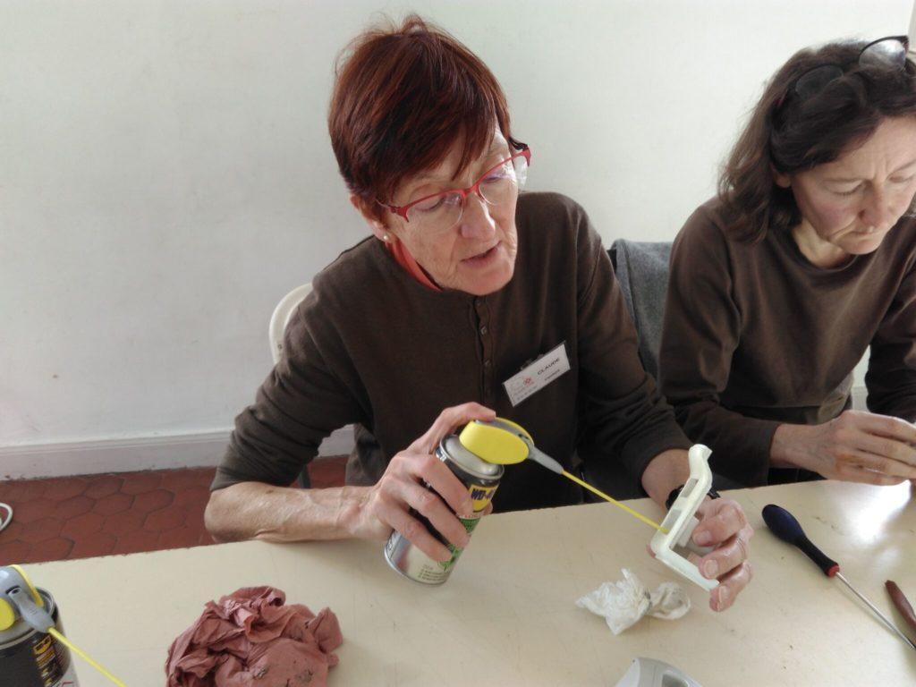 Intervention sur un objet au Repair Café pays de Grasse