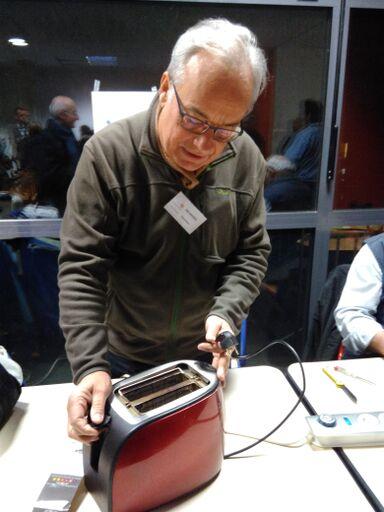 Georges, réparateur du Repair Café anime un atelier à la 4ème édition de La Nuit des Idées