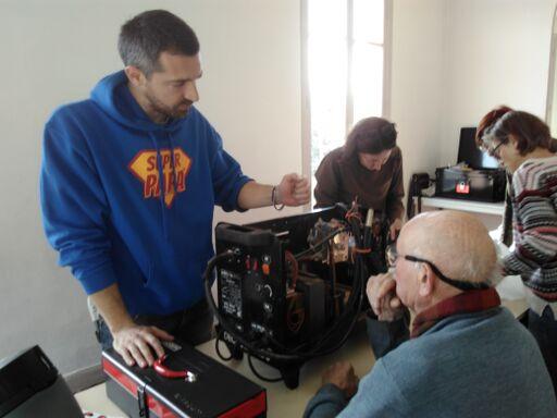 Les réparateurs du Repair Café pays de Grasse et les visiteurs